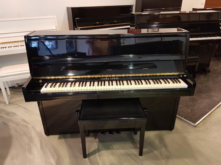 Occasion piano Young Chang 110 zwart hoogglans. 3e studiepedaal. In zeer mooie staat.  Euro 1490,-