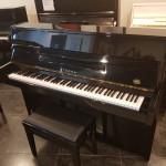Occasion piano Yamaha / Eterna 110 zwart hoogglans. Nieuwstaat. Studiepedaal.  Euro 1690,-