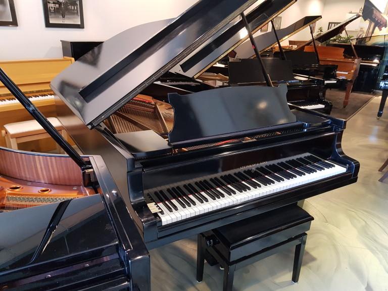 Vleugel Steinway & Sons model B zwart glans pol. Top instrument. Euro 27500,-